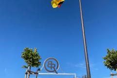 Reitplatz mit Logo und Fahne